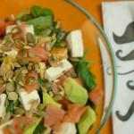 Sałatka ze szpinakiem, wędzonym łososiem, awokado, mozzarellą i pomarańczą