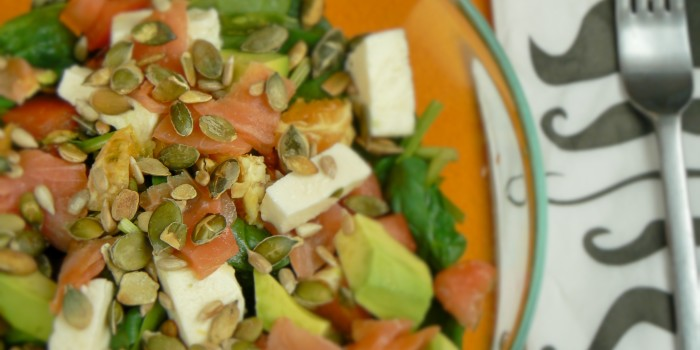 Sałatka ze szpinakiem, łososiem, awokado, pomarańczą, mozzarellą i dressingiem miodowo-musztardowym