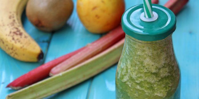 Zielony koktajl ze szpinaku z rabarbarem, melonem, kiwi